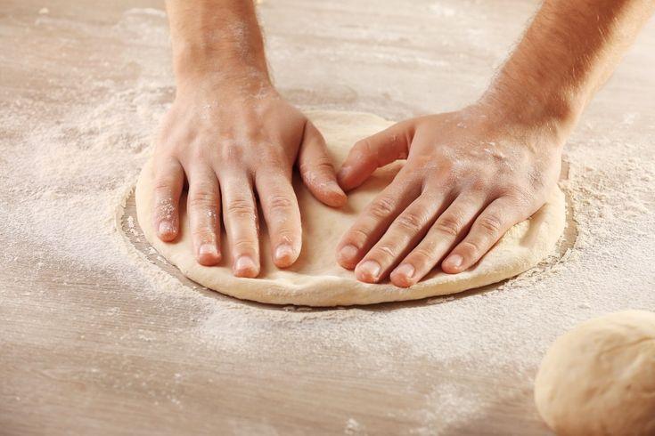 Vrei sa pregatesti o pizza de casa cu un blat pufos si crocant in acelasi timp? Cu reteta asta pregatesti nu unul ci patru blaturi pentru pizza, pe care le poti pastra pentru alte mese.