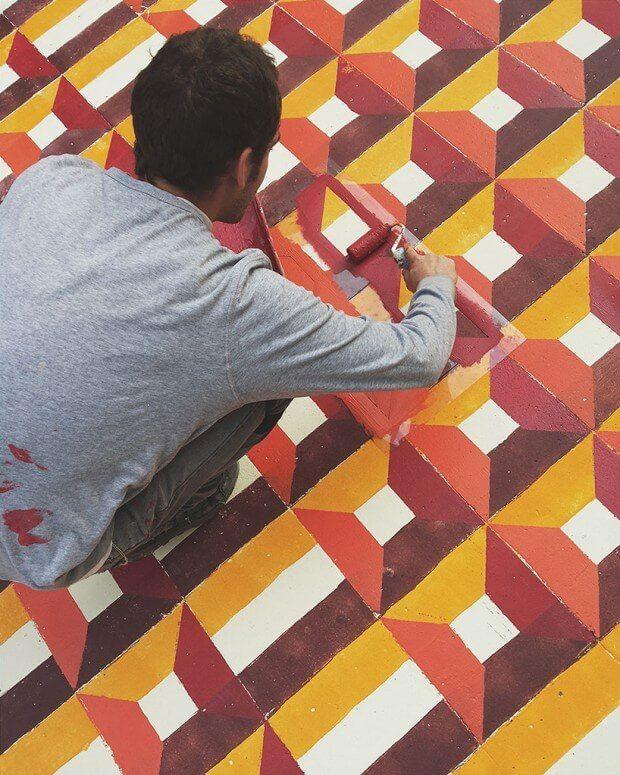 In oude gebouwen in Barcelona vind je soms geweldige tegelvloeren met prachtige patronen. Kunstenaar Javier de Riba brengt deze vloeren naar verlaten plekken in de stad.