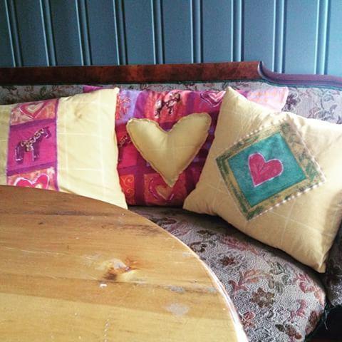 Gult er kult puter sydd av sengetøy. #hmhsy #hmhmoro #hmhhobby #hmhideer #HmHdesign #hmhprodukt #hmhputer. Puter til gubbelures utestol😀