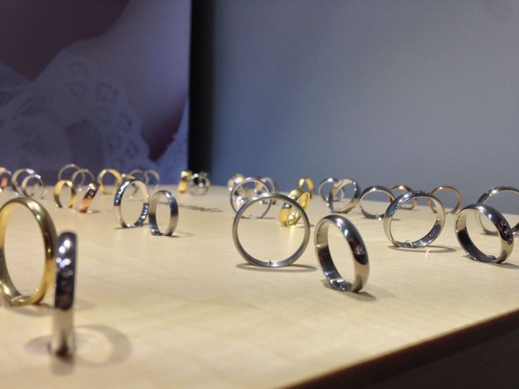 Krasne a jednoduche snubni prateny z kolekce BASIC. Materialy pouzite pro tuto kolekci jsou bile zlato, zlute zlato, cervene zlato, ruzove zlato, stribro. Prsteny mohou byt osazeny brilianty a zirkony.
