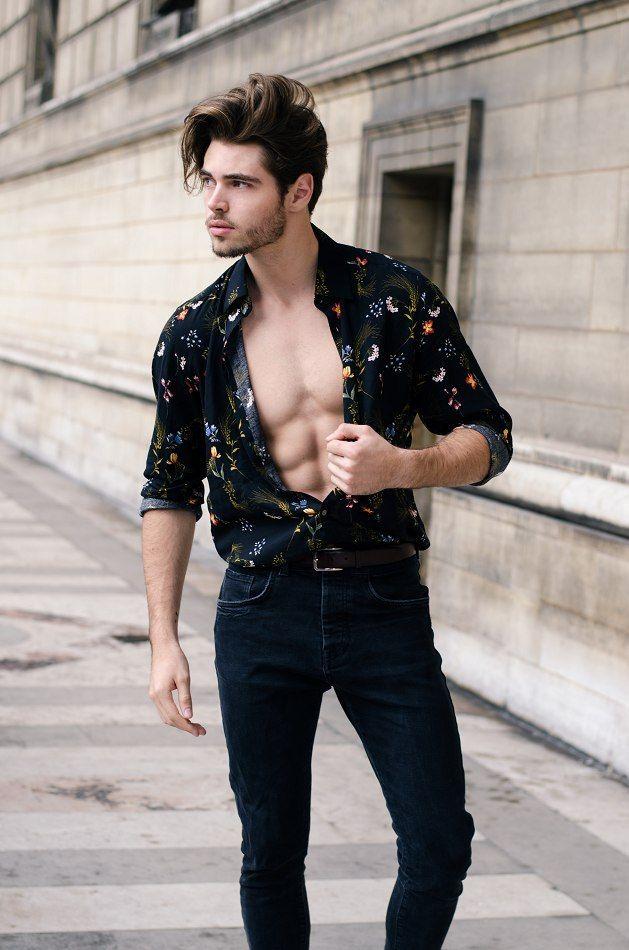 7bef4fcc51 Homem Estiloso. Camisa Floral. Camisa de Botão. Camisa Estampada. Como Usar  Camisa Estampada. Look All Black. Tendência Outono 2018.