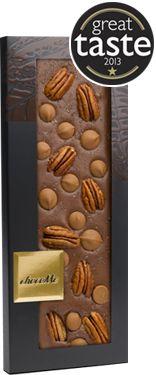Tableta de chocolate con leche (40%) con pastilla de chocolate sabor caramelo, nuez pacana, sal marina y vainilla de Tahiti en polvo.Nuestras tabletas están elaboradas con el mejor Chocolate Belga, con amor y dedicación y todas y cada una a mano.La mayoría de los ingredientes utilizados son exquisitas frutas liofilizadas, flores confitadas, frutos secos y el oro comestible de 23 quilates que provienen de Alemania, Francia e Italia.Cada tableta de chocolate es única, exqu...