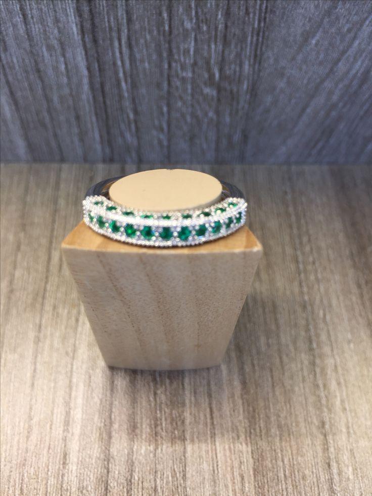 Anillo en oro blanco con esmeraldas y diamantes