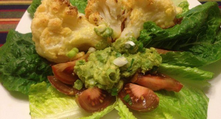 Pieczony kalafior z prostym kremem guacamole i sałatką: Kalafior pieczony w piekarniku z dodatkiem pikantnego kremu, świeżych liści sałaty, czarnych pomidorów = przyjemny obiad lub kolacja. :) Ledwo udało mi się porobić zdjęcia, tak szybko został rozchwytany....! :)