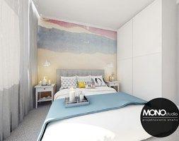 Przytulna sypialnia z wykorzystaniem tapety w kolorze jako główny element dekoracyjny - zdjęcie od MONOstudio
