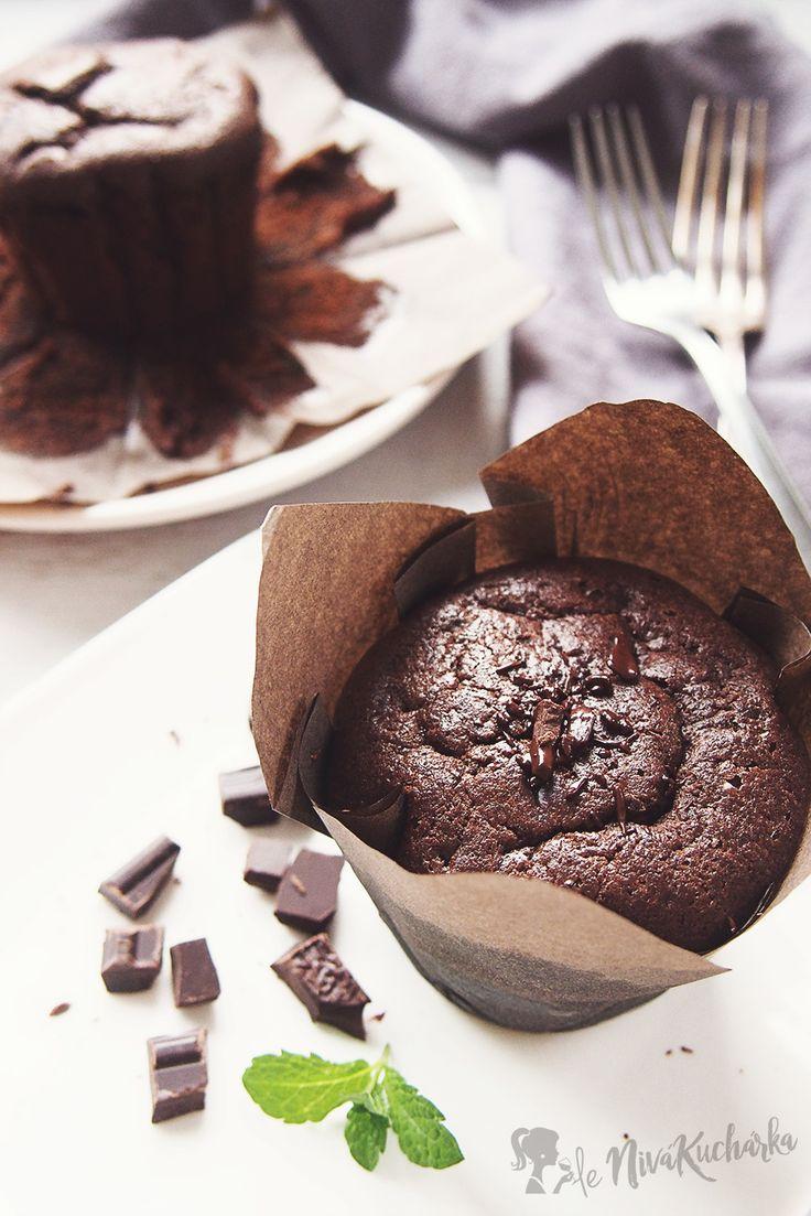 Jednoduché čokoládové muffiny s nutelou - Včera som dostala neskutočnú chuť na muffiny, tak som nazrela do chladničky a na základe jej obsahu vytvorila tieto jednoduché čokoládové muffiny s nutelou. Muffiny ma bavia najmä preto, že sa dajú pripraviť na milión spôsobov, v lete s čerstvým ovocím a v zimných obdobiach s náplňou z domácej nutely či arašidovým/mandľovým maslom.
