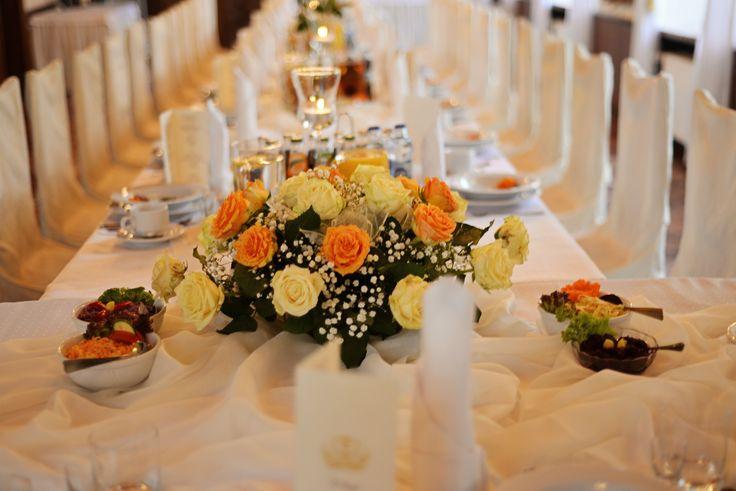 Hotel Zámek Chalupki, Polsko, svatební tabule, bílá a krémová (Hotel Zamek Chalupky, Poland, wedding table, white and ivory)