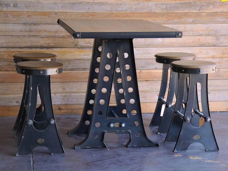 Лофт, как и стиль модерн в интерьере, опровергает традиции, привнося новинки в дизайн. Кроме того, особую ценность лофту придают детали, унаследованные из прошлой жизни здания: трубы, вентиляция, не спрятанная в стены, стены без отделки из грубого кирпича или дерева, оригинальные столы и высокие стулья с разнообразными узорами.