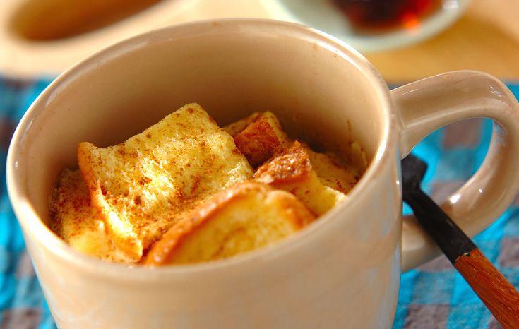 出典:http://tofo.me 寒いこの季節はキッチンでの作業もなかなかはかどりませんよね。 そんなときは「マグカップごはん」で調理を時短してみませんか? 朝食やひとり暮らしの方におすすめのマグカップレシピをご紹介します。 電子レンジでできる♪マグカップごはん 出典:http://r.gnavi.co.jp 電子レンジでかんたんにできるきのこリゾットです。 寒い冬にぴったりの体があたたまる料理。 忙しい朝食にも手軽に作れるのでおすすめです。 ≪材料 (ひとり分)≫ ・冷やごはん 80g ・きのこ(しめじ、まいたけなどお好きなものを) 30g ・ツナ 10g ・牛乳 70ml ・粉チーズ 小さじ1 ・バター 3g ・塩こしょう 少々 ・パセリ 適量 ≪作り方≫ 1. きのこの石づきを取りマグカップに入れて、電子レンジで30秒くらい加熱します。 2. きのこに火が通ったら、残りの材料を入れて1分30秒くらい電子レンジであたためます。 3. 全体があたたまったら軽くかき混ぜ、パセリをふったらできあがりです。 参考レシピ スープもマグカップで♪丸ごとトマトスープの作り方…