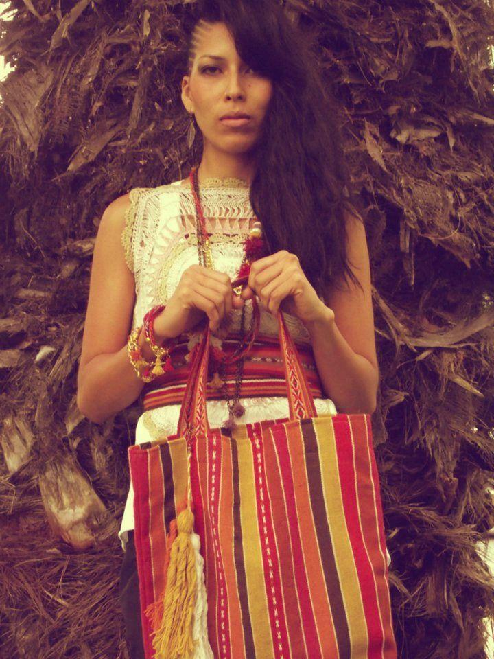 Cusco Collares, pulseras, fajines y cartera en tecnica tradicional de telar de cintura en hilado de lana- Diseño Naty Muñoz
