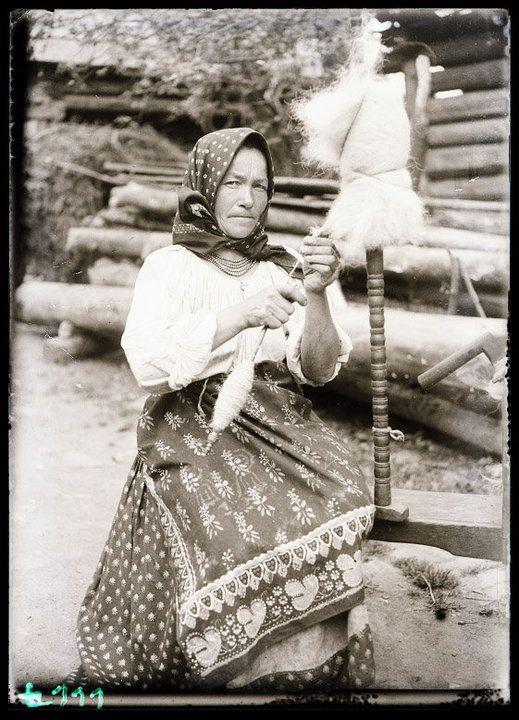 Łemkowie i Bojkowie w Polsce - zdjęcia archiwalne - gazdzina z kądzielą, Biała Woda, pow. Nowy Targ, sierpień 1933