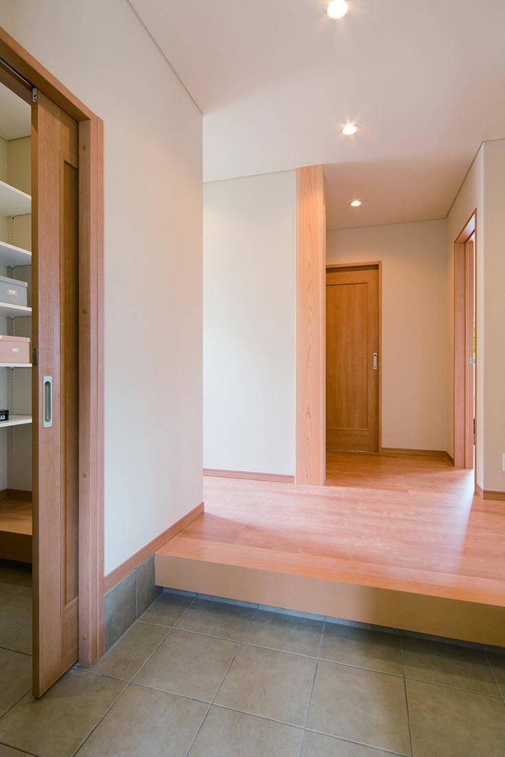 玄関を入ると広々としたホールに、存在感のある大黒柱が迎えます。土間からダイレクトに、たっぷり収納のシューズクロークとアウトドア収納庫に繋がる機能的な間取りが秀逸です。 デザイン ナチュラル タイル シューズクローゼット 