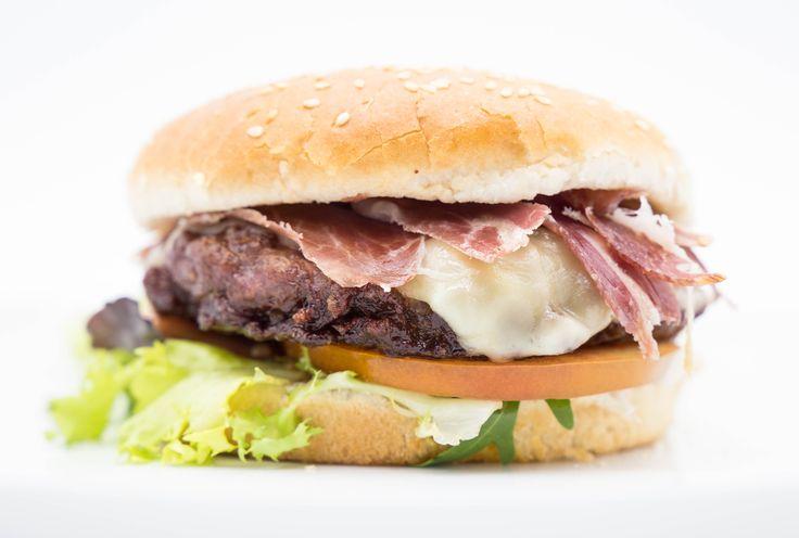 Hamburguesa Iberica 9,95 € Artesanal con 200g. de ternera. Jamón, tomate, lechuga, queso , cebolla y salsa secreta. Artisan with 200g. beef. Ham, tomato, lettuce, cheese, onion, and secret sauce.