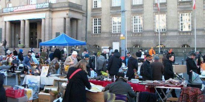 Il mercato delle pulci che si tiene davanti al municipio di Schöneberg