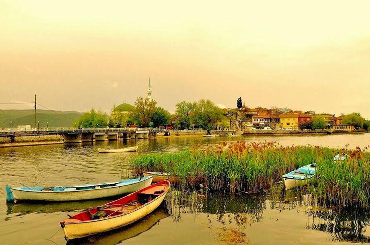 Eski bir Rum köyü olan Gölyazı'da, Yunanistan-ın Selanik kentinden 1924 yılında göç edenlerin torunları yaşıyor.