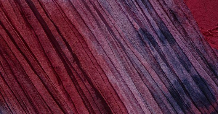 Cómo teñir ropa con Rit en un balde. Ya sea que quieras oscurecer ropa de color negro desteñida, iluminar los colores apagados o cambiar el color, el colorante líquido Rit es un tinte ampliamente usado para tela de color y prendas de vestir. Puedes teñir la ropa en la lavadora, pero el tinte a veces puede mancharla o persistir y afectar la ropa que laves luego. Sigue estos consejos ...