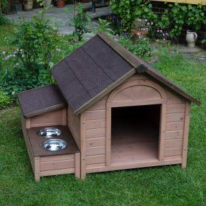 Caseta de madera de pino barnizada. Con un adosado compuesto de 2 comederos y un baúl resistente al clima para guardar accesorios, juguetes, correas y comida de forma segura ante el clima. Fácil de montar. Gran tamaño.