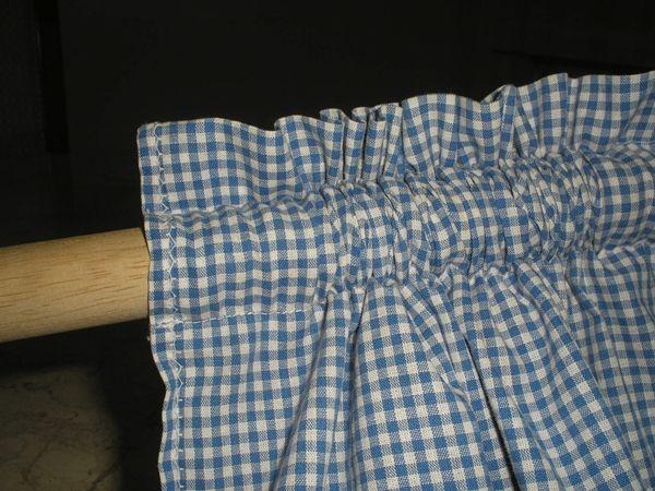 Para aquelas que não sabem nada de costura, essa cortina é muito fácil de fazer e dá até para fazer à mão.          Primeiro Passo : Me...