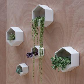 Deze superleuke Hexagon Wallplanter is gemaakt van wit aardewerk, geglazuurd met een mat witte glazuur aan de binnen- en de buitenkant. Dit zorgt ervoor dat de keramische plantenhanger ook waterdicht