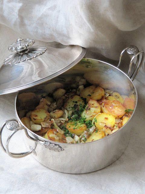 Une recette qui nous vient d'Escoffier, elle ne date pas d'hier. Qui n'aime pas les pommes de terre sautées ? Alors avec des oignons frits ...