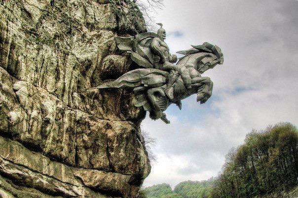 Алагирское ущелье. Северная Осетия. Уникальный памятник «Георгий Победоносец выскакивает из скалы».