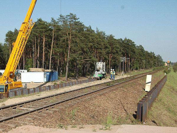 Tymczasowe zabezpieczenie wykopu ścianką z grodzic stalowych - grodzice wciskane, stężone ściągami w jednym poziomie - Autostrada A1 - obiekt WA81.