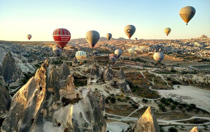 Wolltest du schon immer mit dem Heissluftballon durch die Luft schweben, wusstest aber nicht wo? Dann kann ich dir Kappadokien in der Türkei empfehlen. Die günstigen Preise und die guten Wetterverhältnisse machen die bizarre Märchenwelt zu einem Eldorado für Ballonfahrer.