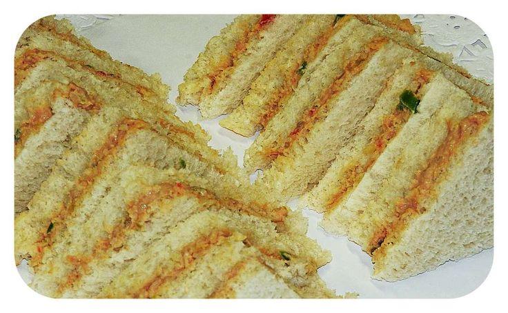 Una mezcla muy sabrosa, ideal para rellenarbocadillos o sandwiches, para canapés, relleno de tartaletas, volovanes, huevos duros cocidos,…O cualquier otra opción que se nos ocurra. En la foto aparecen unos mini sandwiches de pan de molde sin corteza, que preparamos para una fiesta de cumpleaños. Deliciosos. Ingredientes: 20 gramos de pimiento rojo. 20 gramos de …
