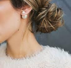 Dubbele oorbellen zijn de nieuwste sieraden trend. U draagt de kleinste bol aan de voorkant van uw oorlel. In diverse uitvoeringen en kleuren bij ons verkrijgbaar, o.a. parel met glitter.