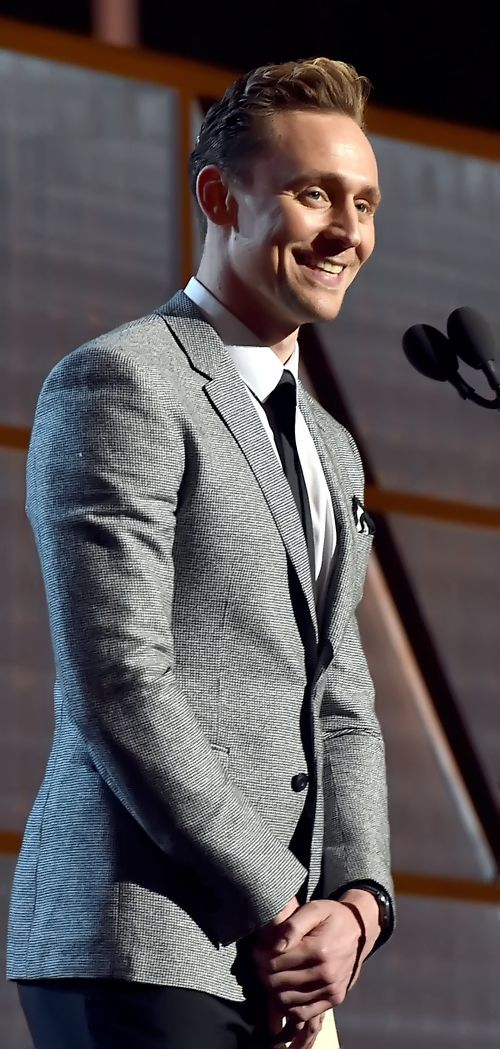Tom Hiddleston presents the Entertainer of the Year award onstage during the 51st Academy of Country Music Awards at MGM Grand Garden Arena on April 3, 2016 in Las Vegas, Nevada. Full size image [UHQ]: http://ww4.sinaimg.cn/large/6e14d388gw1f2kidui86cj211t1kwk53.jpg Source: Torrilla, Weibo