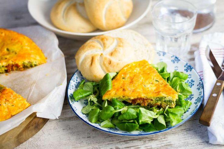 Recept voor chorizo broccoli frittata voor 4 personen. Met zout, olijfolie, peper, chorizo, broccoli, kaiserbroodje, ei, crème fraîche, knoflook, ui, veldsla en kaas