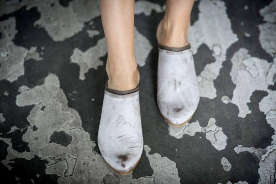 Minimalistische lederen sandalen in een chique kale witte en grijze combo. Platte muildieren die zowel vleiend en super comfortabel zijn. Deze sandalen dia zal ziet er geweldig uit met elke zomer outfit, kleden omhoog of casual. Perfecte zomer schoenen voor de stad rond te rennen, dag naar nacht.  ◀▶ Gesloten amandel gevormde teen ◀▶ Chique kale witte sandalen ◀▶ Gemaakt van 100% echt leder ◀▶ Gestapeld hakken (1,5 cm/0.6 ) ◀▶ Open rug – dia sandalen ◀▶ Neolite flexibele zool  ▶ De leder...