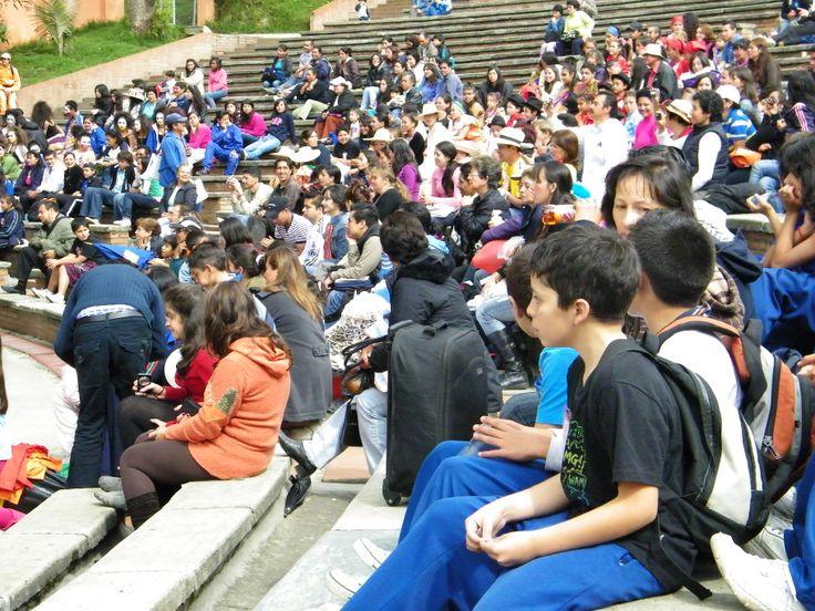 Familiares de los participantes y compañeros de los colegios en las gradas del escenario la Media Torta en Bogotá