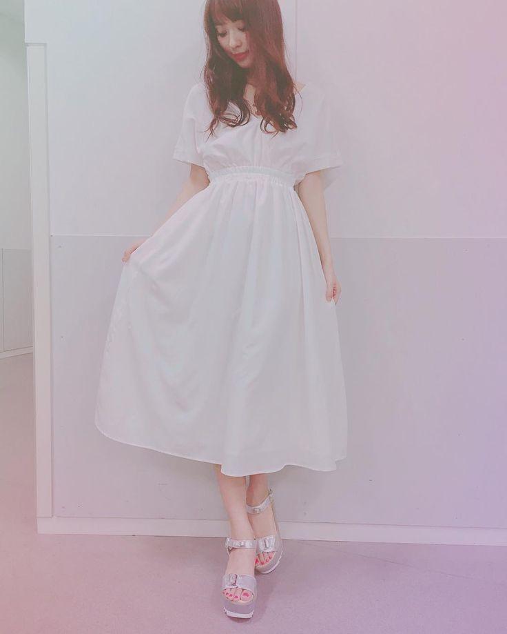 まず昼の部の私服 @mercuryduo_com のワンピース☺️ 夏はホワイトを選びがち。 シルバーのサンダル履いたよ。  #だーりお共和国 #ワンピース #mercuryduo