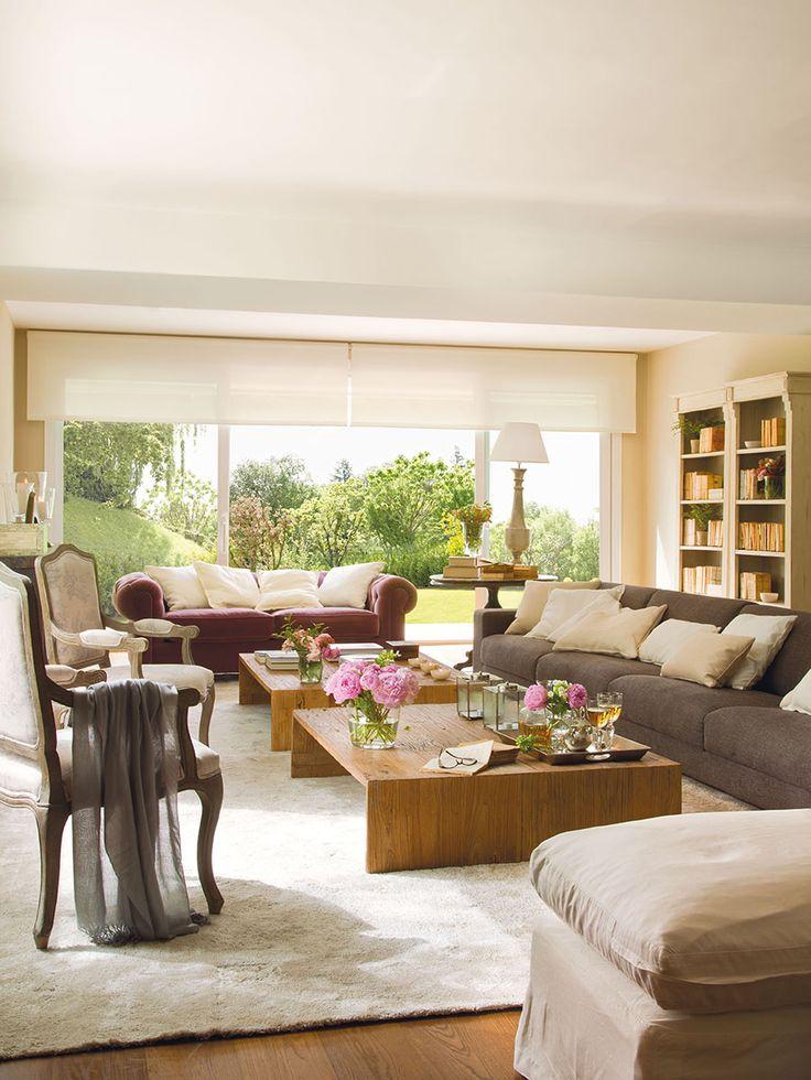 00320851. Amplio salón con ventanales al jardín y dos grandes mesas de centro de madera y sofás sobre una alfombra de pelo blanca_00320851