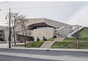 Spelonkachtige concertzaal voor Poolse stad