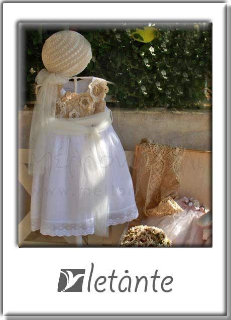 Φόρεμα από γαλλική οργαντίνα με μοναδική χειροποίητη διακόσμηση από καινούργια και salvage χειροποίητα λουλούδια!
