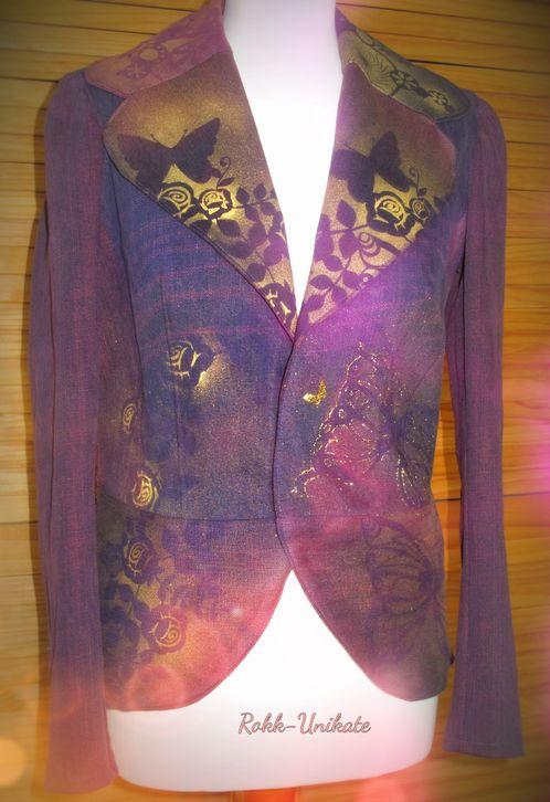 Jeansjacke aus 3,53 Jeanshosen. Patchwork denim. Extraschnitt auf Maß. Verdeckter Druckknopf. Die Hosen habe ich mit roter Farbe eingefärbt und mit goldener Malfarbe bemalt. Ist verkauft!