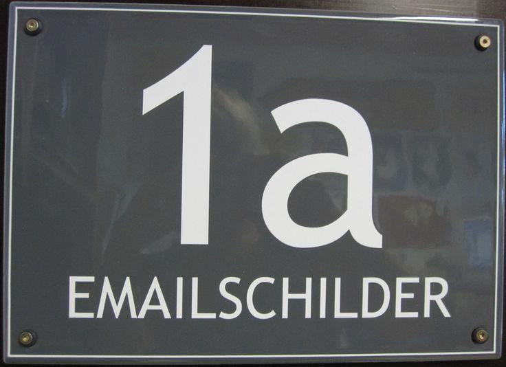 Modern gestaltet: Hausnummernschild in langlebigem Email