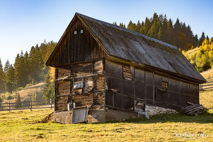 Travel to Romania: traditional houses in Fundata and Moieciu de Sus