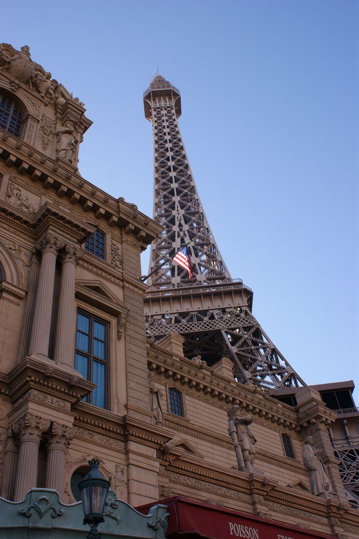 L'hôtel Paris. Vue sur le Palais du Louvre et la Tour Eiffel.