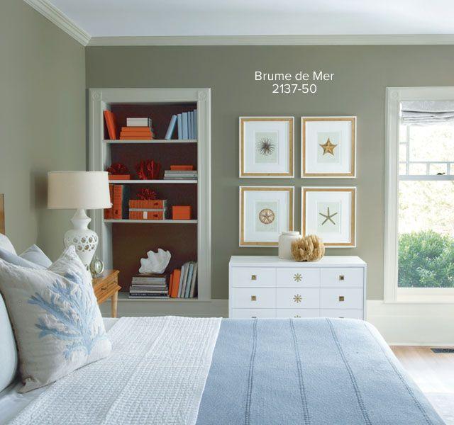 Chambre à coucher ensoleillée et inspirée par la plage avec portes françaises