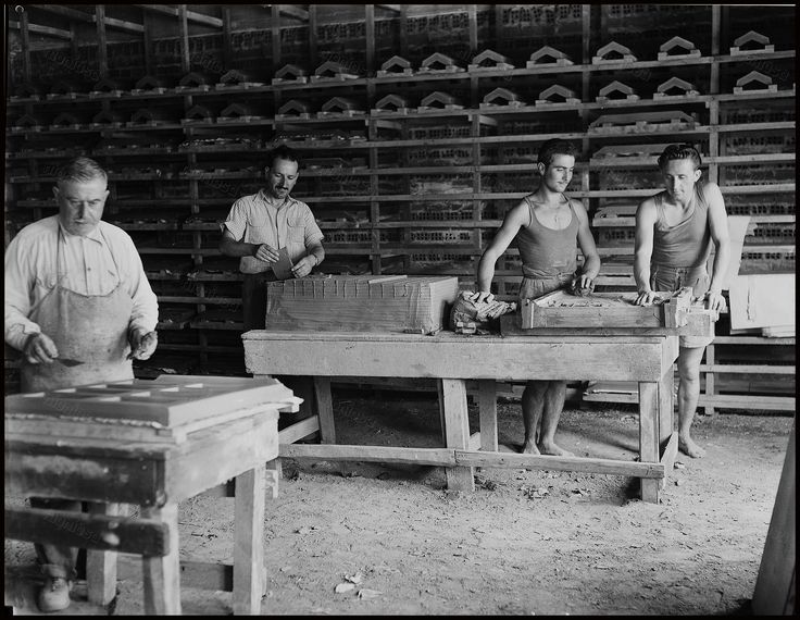 Εργάτες στην Κεραμουργεία Δηλαβέρη. Φωτογραφία:  The American School of Classical Studies at Athens.