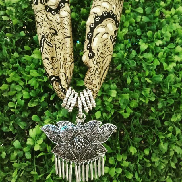 Buy Kalung Batik di Jakarta Selatan,Indonesia. Kalung batik panjang 30 cm lebar 10 cm,bahan batik katun warna klasik dengan hiasan liontin etnik Dapatkan tawaran menarik di Barang & Aksesoris Kerajinan Chat untuk Beli