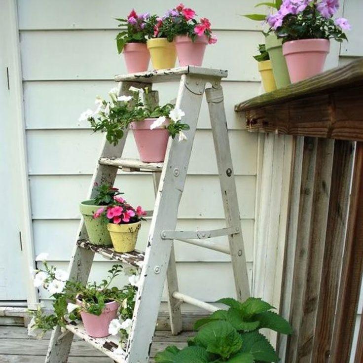 <p>Disposez vos plantes sur un escabeau pour créer une ambiance végétale sans prendre trop de place sur votre terrasse ou balcon. Idée repérée sur<a href=...
