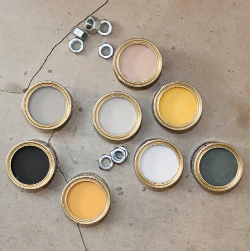 Kies in een eigentijds industrieel interieur voor een kleuraccent. Geel is terug van weggeweest! In de mode, het straatbeeld en het interieur. Deze zonnige kleur wordt veel geassocieerd met het voorjaar, maar juist wanneer de dagen korter worden is geel een  krachtige kleur die warmte en licht brengt.