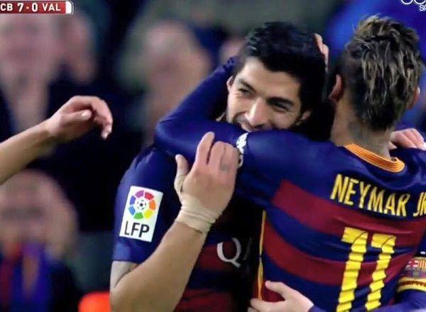 W sumie dawno nikogo nie ugryzł • Czy Luis Suarez chciał ugryźć Neymara w meczu z Valencią w Pucharze Króla? • Wejdź i zobacz >> #suarez #neymar #football #soccer #sports #pilkanozna