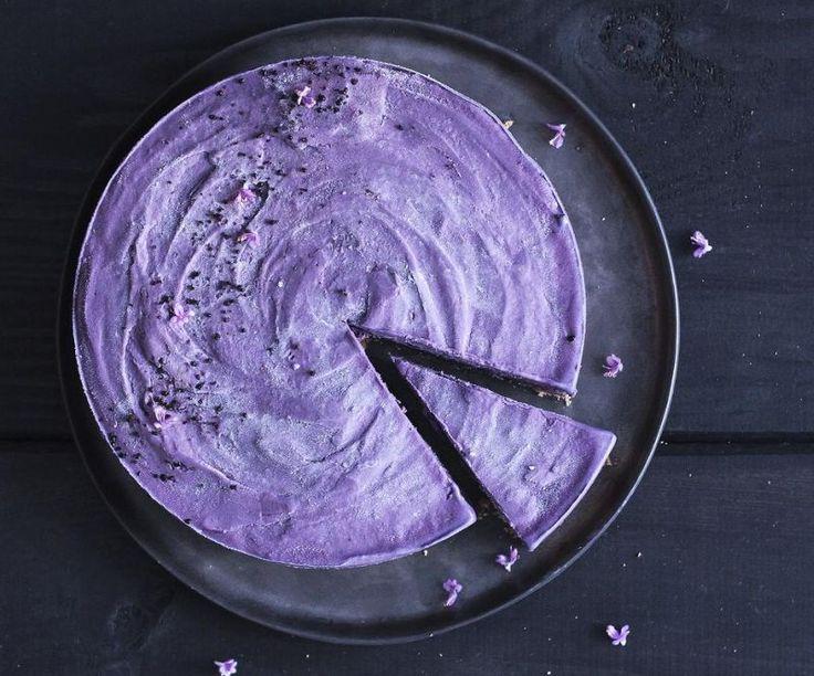 Brombær og lakrids. Den smukke lilla brombærislagkage er ekstra lækker med knuste lakridsbolsjer, der giver knas til den bløde is. - Foto: Maja Ambeck Vase