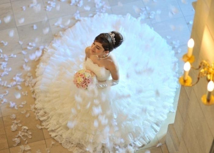ふわっふわで天使みたい♡羽を舞わせる挙式の演出『フェザーシャワー』が流行りそう*のトップ画像