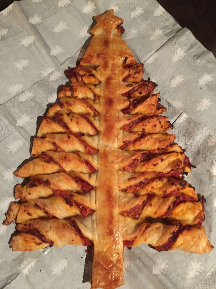 Kerstboompizza van bladerdeeg.